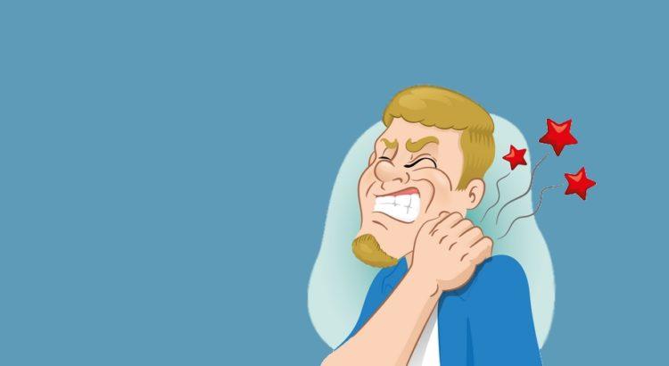 En mand med muskelstivhed i nakken
